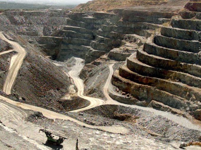 La vue générale prise le  22 septembre 2000 de la Mine d'or à ciel ouvert de Salsigne (MOS) dans l'Aude. Le tribunal de Commerce de Carcassonne avait accepté le 30 juin 2000 un plan de continuation de la MOS, qui avait déposé son bilan en juillet 1999, dans l'attente de l'issue des négociations en cours entre le ministère de l'industrie et l'unique candidat à la reprise, la société andorrane Orfund. Mais le 07 juillet, le parquet général de Montpellier avait fait appel de cette décision qui a eu pour effet de prolonger la mise en redressement judiciaire de MOS.